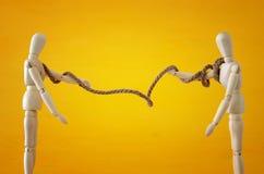 Concept de concurrence symbole en bois de corde de traction de deux personnes de la rivalité, conflit et dillema Image stock