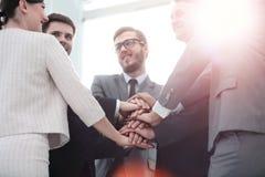 Concept de confiance en l'un l'autre : équipe d'affaires se tenant avec Image libre de droits