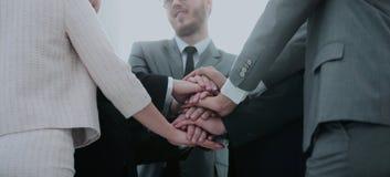Concept de confiance en l'un l'autre : équipe d'affaires se tenant avec Image stock