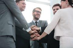Concept de confiance en l'un l'autre : équipe d'affaires se tenant avec Photos libres de droits