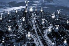 Concept de connexion réseau de Wifi sur la vue aérienne de ton bleu de la ville Photos stock