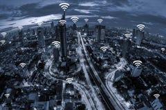 Concept de connexion réseau de Wifi sur la vue aérienne de ton bleu de la ville Photographie stock