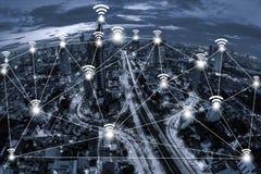 Concept de connexion réseau de Wifi sur la vue aérienne de ton bleu de la ville Image libre de droits