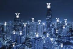 Concept de connexion réseau de Wifi sur la vue aérienne de ton bleu de la ville Images libres de droits