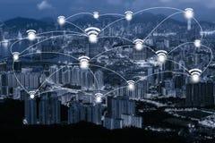 Concept de connexion réseau de Wifi sur le paysage urbain bleu de Hong Kong de ton Image libre de droits