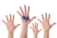 Concept de conscience d'autisme avec la main et le coeur des morceaux de puzzle comme symbole d'autisme image stock