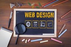 Concept de construction de Web Sur un panneau de craie en bois de table photo stock