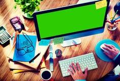 Concept de construction de Working Responsive Web d'homme d'affaires photographie stock libre de droits