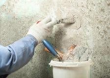 Concept de construction et de rénovation Main de travailleur avec plâtrer des outils Photos libres de droits