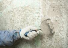 Concept de construction et de rénovation Main de travailleur avec plâtrer des outils Photo libre de droits