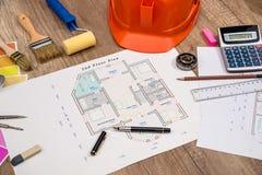 Concept de construction - projet architectural, mod?les, casque, bande de mesure image stock