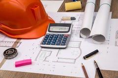 Concept de construction - projet architectural, mod?les, casque, bande de mesure photographie stock libre de droits