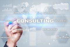 Concept de consultation d'affaires Texte et icônes sur l'écran virtuel images stock