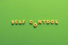 Concept de controt d'individu, mots faits de biscuits d'isolement sur le vert image libre de droits