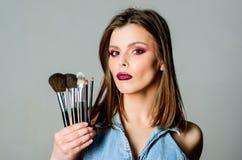 Concept de cosm?tiques de maquillage Crayon correcteur de teint Achat pour des produits de beaut? La fille appliquent des fards ? image stock