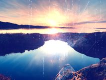 Concept de coucher du soleil de paysage marin ou fond de lever de soleil avec la réflexion riche dans la piscine d'eau Le soleil  Photographie stock libre de droits
