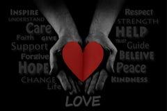 Concept de coup de main, paumes des mains de l'homme, donnant le coeur rouge, atteignant  Word CLOUD photographie stock libre de droits