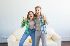 Concept de coupe du monde du football - couple moderne semblant jeu de observation excité et heureux de sport à la TV image libre de droits