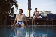 Concept de couples d'amour de vacances de piscine Photos stock