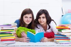 Concept de cours particuliers - filles apprenant ensemble Photographie stock