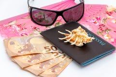 Concept de course et de tourisme Argent, passeport, lunettes de soleil sur le backgraund blanc images stock