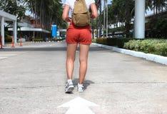 concept de course femme de marche de sac à dos Photographie stock libre de droits