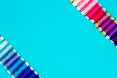 Concept de couture Bobines de couture colorées Photographie stock libre de droits
