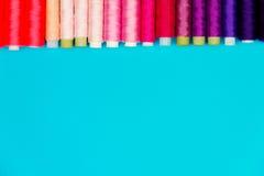 Concept de couture Bobines de couture colorées Photo libre de droits
