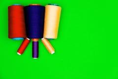 Concept de couture Bobines de couture colorées Images libres de droits