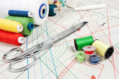 Concept de couture : ciseaux en métal, amorçages Images libres de droits