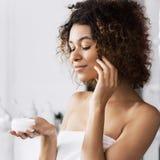 Concept de crème d'élasticité de peau images stock