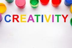 Concept de créativité boîtes colorées de signe et de peinture Images stock
