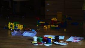 Concept de créativité et d'éducation Le garçon mignon heureux colore ses mains Faire la peinture de doigt Thérapie d'art pour des banque de vidéos