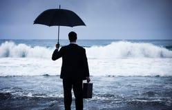 Concept de crise de Facing Storm Encounter d'homme d'affaires images stock