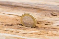 Concept de crise financière Euro pièce de monnaie sur le vieux fond en bois Images stock