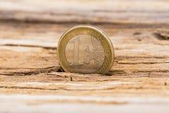 Concept de crise financière Euro pièce de monnaie sur le vieux fond en bois Image libre de droits