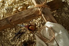Concept de crucifixion avec la croix et la couronne des épines Photographie stock