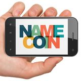 Concept de Cryptocurrency : Main tenant Smartphone avec Namecoin sur l'affichage Images stock