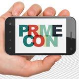 Concept de Cryptocurrency : Main tenant Smartphone avec Primecoin sur l'affichage Images libres de droits