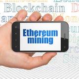 Concept de Cryptocurrency : Remettez tenir Smartphone avec l'exploitation d'Ethereum sur l'affichage Photos stock