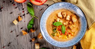 Concept de cuisine espagnole Soupe Gazpacho à tomate des tomates fraîches Beaux plats servants dans un plat bleu sur une table en images libres de droits