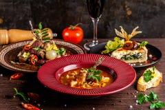 Concept de cuisine française Table étendue dans un restaurant pour une célébration de différents plats Fond d'image photos libres de droits