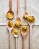 Concept de cuisine gastronomique avec les cuillères et l'or en bois de conception Images libres de droits