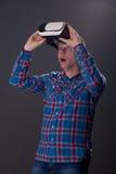 Concept de cyberespace et de personnes - jeune homme heureux avec le rea virtuel Images stock