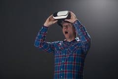 Concept de cyberespace et de personnes - jeune homme heureux avec le rea virtuel Photos libres de droits