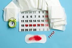 Concept de cycle de règles Calendrier de règles avec les protections sanitaires, les pilules contraceptives, les fleurs et le rév photos libres de droits