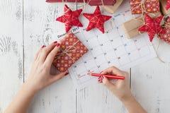 Concept de décorations de célébration de nouvelle année de Noël avec le calendrier Photographie stock libre de droits