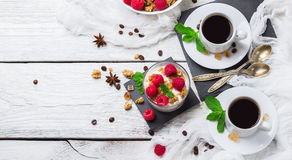 Concept de déjeuner Yaourt fait maison de baies de granola de muesli de café image libre de droits