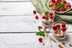 Concept de déjeuner Yaourt fait maison de baies de granola de muesli de café images libres de droits