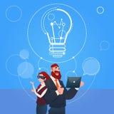 Concept de démarrage d'idée en verre de réalité de Digital d'usage d'homme et de femme d'affaires nouveau Images libres de droits